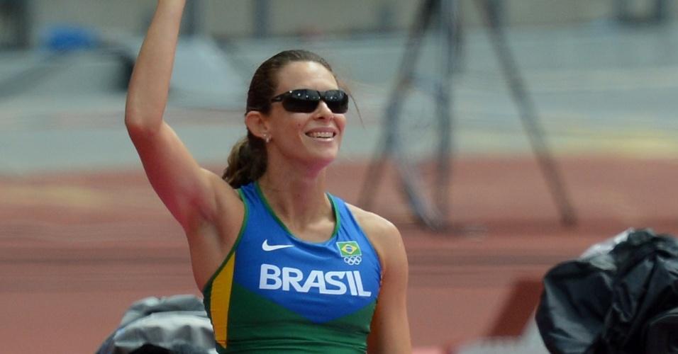 Fabiana Murer acena após saltar 4,50m; brasileira foi eliminada ainda na primeira fase da Olimpíada