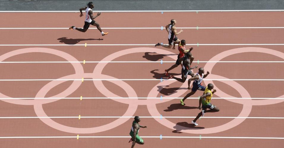 Foto aérea mostra jamaicano Usain Bolt à frente de seus adversários nos 100 m livres