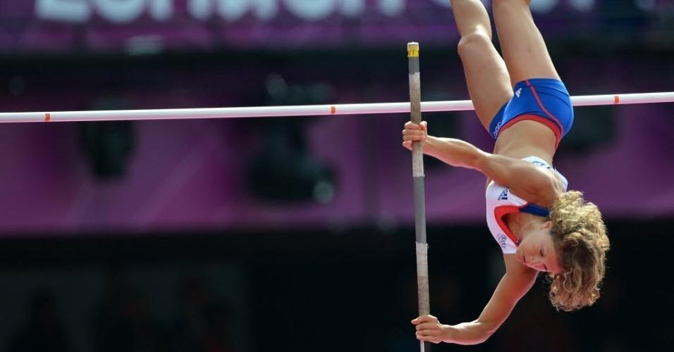 Francesa Marion Lotout compete nas eliminatórias do salto com vara feminino em Londres