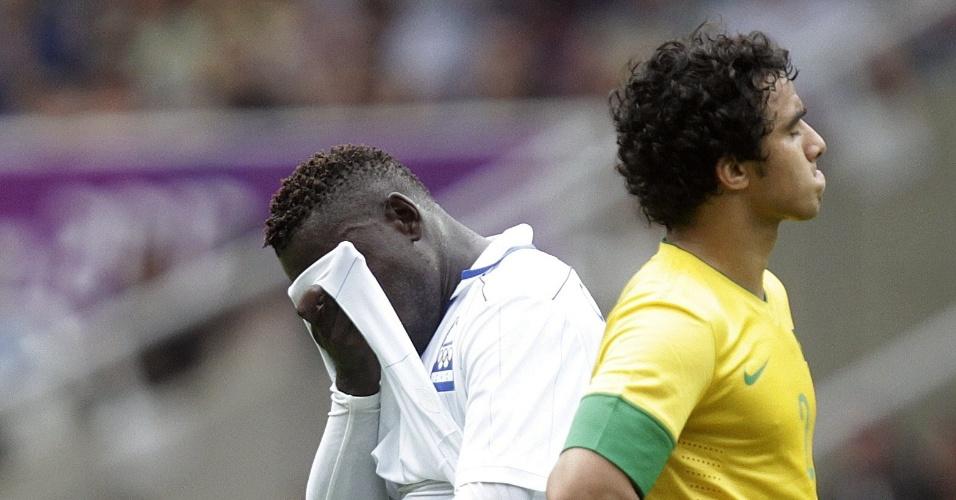 Hondurenho Crisanto deixa o gramado após ser expulso ainda no primeiro tempo do duelo contra o Brasil