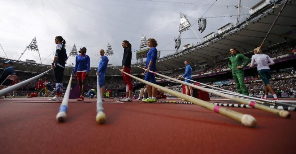 Imagem mostra a preparação das atletas para a disputa do salto com vara