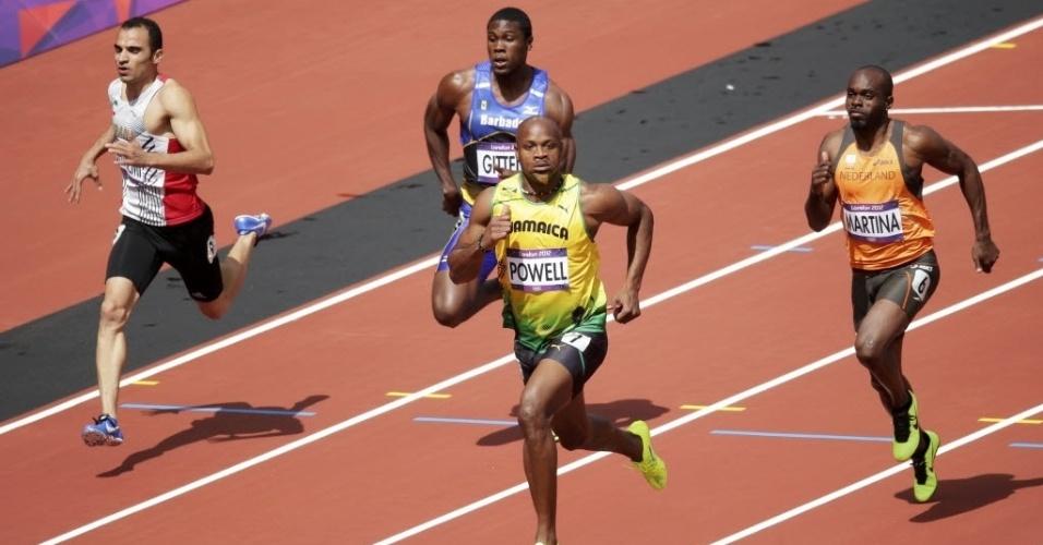 Jamaicano Asafa Powell vence a sua bateria nas eliminatórias dos 100 m rasos
