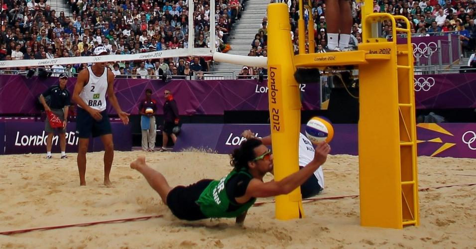 Jogador da Alemanha tenta defesa em derrota para os brasileiros Alison e Emanuel em Londres