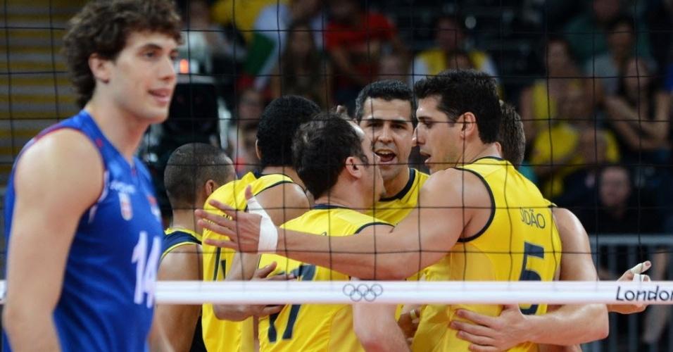 Jogadores brasileiros comemoram ponto da equipe na partida contra a Sérvia, em Londres