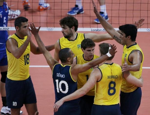 Jogadores da seleção brasileira masculina de vôlei comemora ponto na vitória sobre a Sérvia