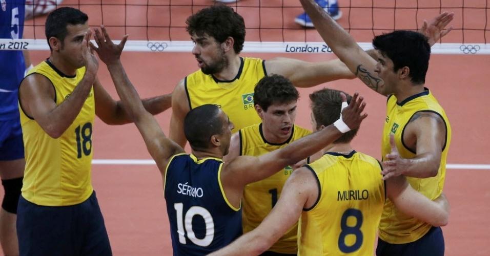 Jogadores da seleção brasileira masculina de vôlei comemora ponto durante a partida contra a Sérvia