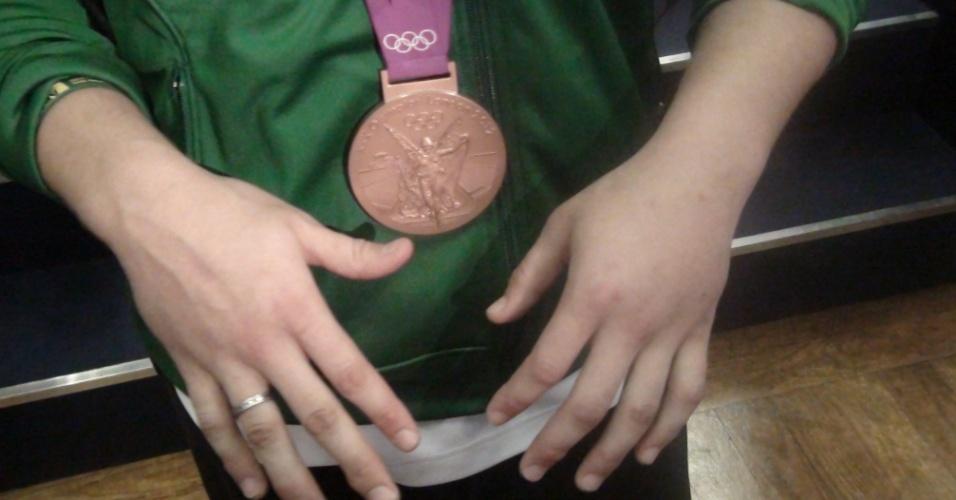 Judoca Mayra Aguiar exibe mãos inchadas