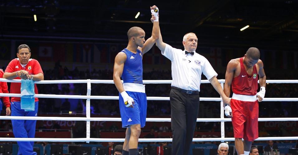 Juiz aponta vitória do cubano Roniel Iglesias Sotolongo sobre o brasileiro Everton dos Santos Lopes na categoria até 64 kg do boxe