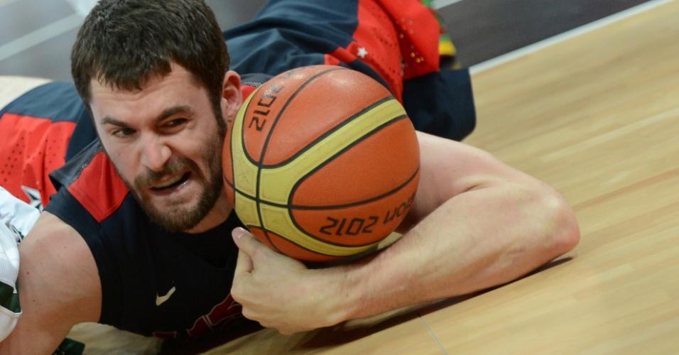 Kevin Love mergulha para recuperar bola em EUA x Lituânia