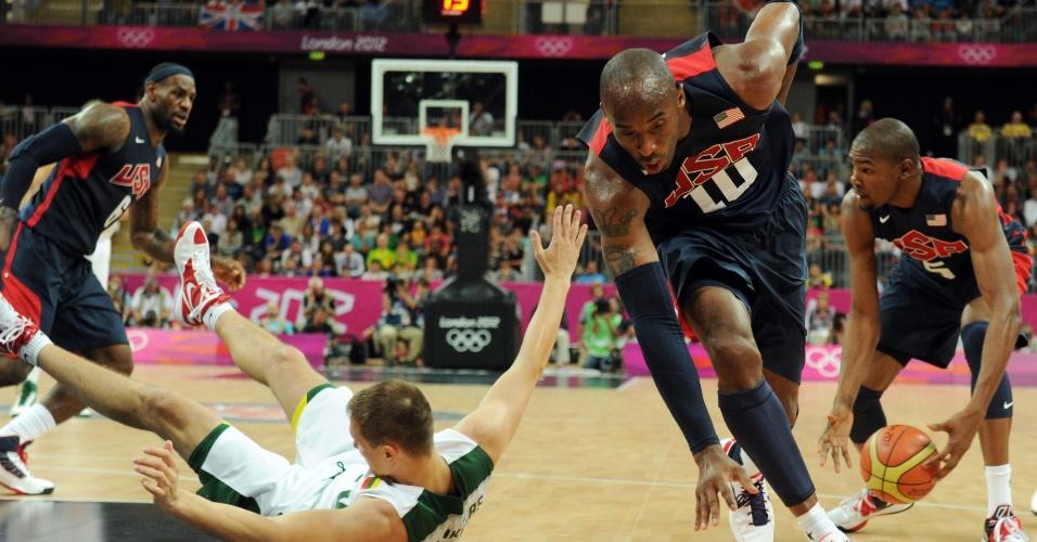 Kobe Bryant ganha rebote em partida contra a Lituânia