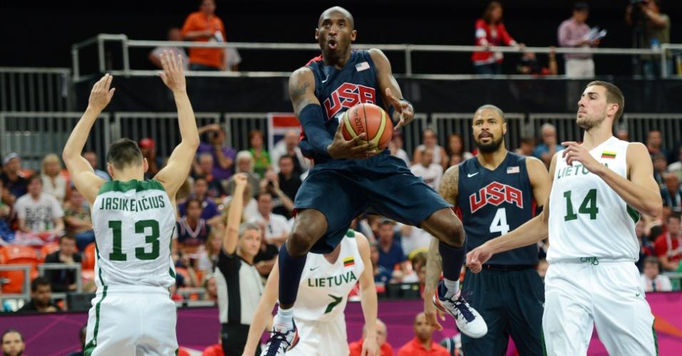 Kobe Bryant salta para arremesso após sofrer falta de Sarunas Jasikevicius, em duelo neste sábado