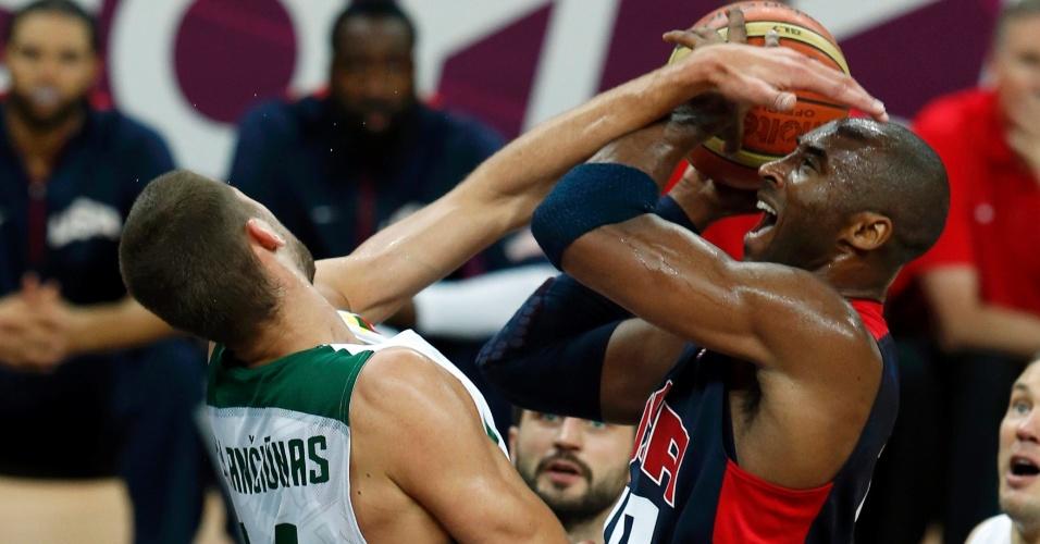 Kobe Bryant sofre falta de Jonas Valanciunas, em duelo entre seleções norte-americana e lituana