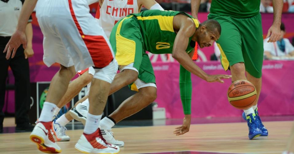 Leandrinho conduz bola na vitória brasileira sobre a China pela fase de grupos da Olimpíada
