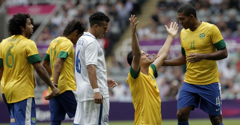 Leandro Damião comemora seu segundo gol no jogo, o terceiro do Brasil, na partida contra Honduras
