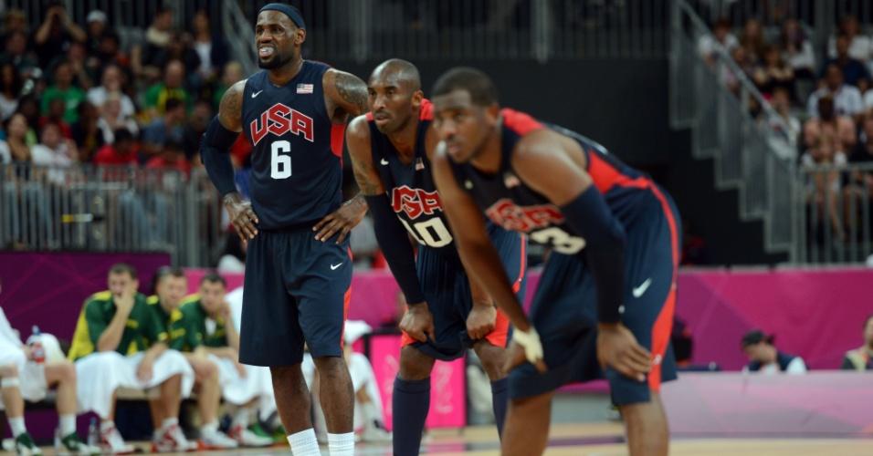 LeBron James, Kobe Bryant e Chris Paul aguardam desfecho de lance livre durante partida contra a Lituânia