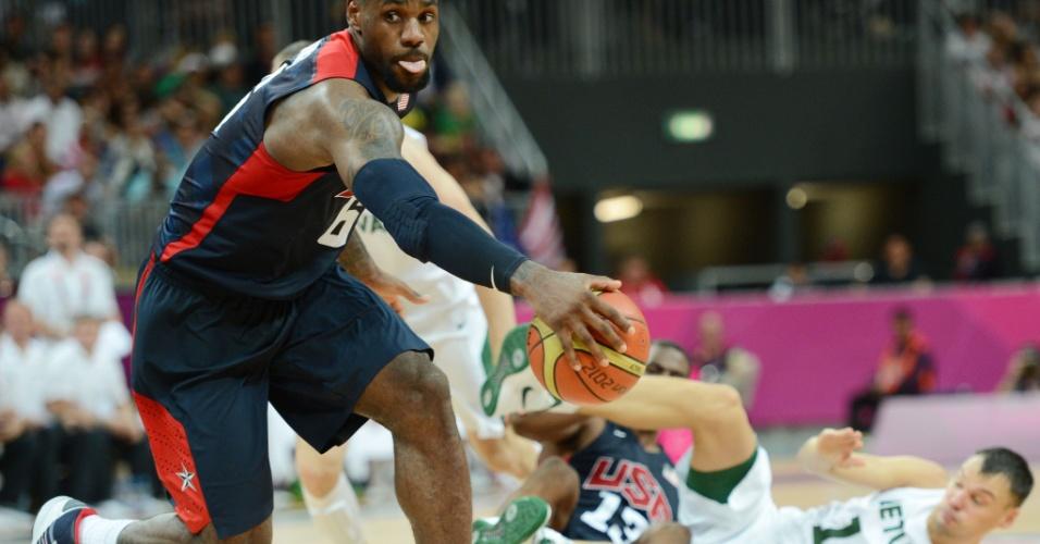 LeBron James rouba bola durante partida contra a Lituânia