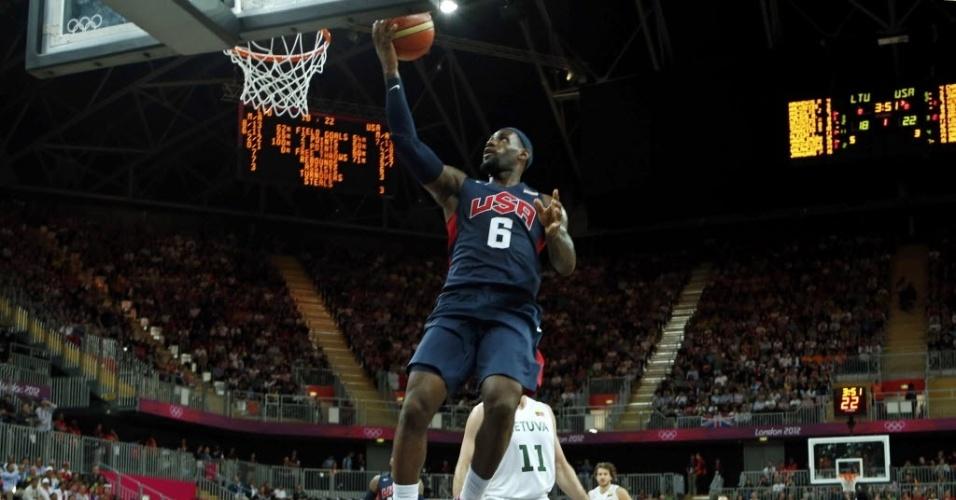 LeBron James salta para marcar dois pontos para os EUA na partida contra a Lituânia no basquete