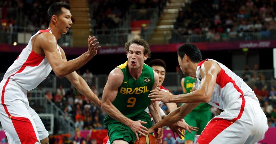 Marcelinho Huertas tentqa passar por marcação da seleção da China