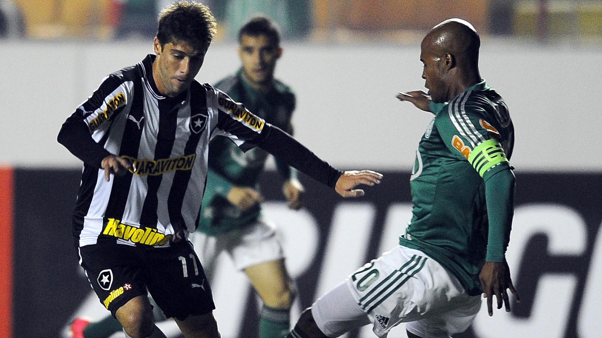Marcos Assunção tenta roubar bola de Fellype Gabriel