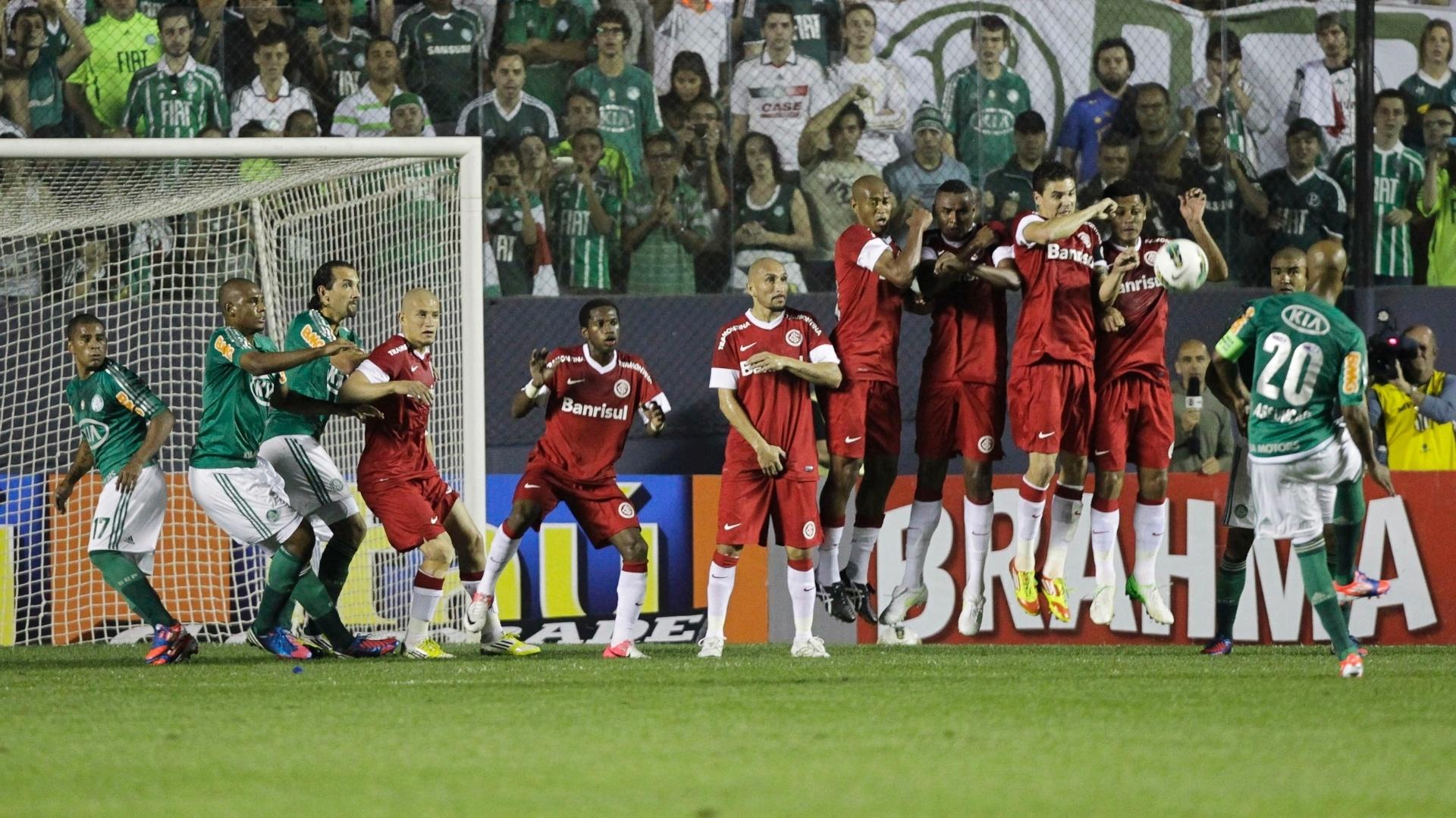 Marcos Assunção, volante do Palmeiras, cobra falta e tenta superar barreira de jogadores do Internacional em jogo do Brasileiro (04/08/2012)