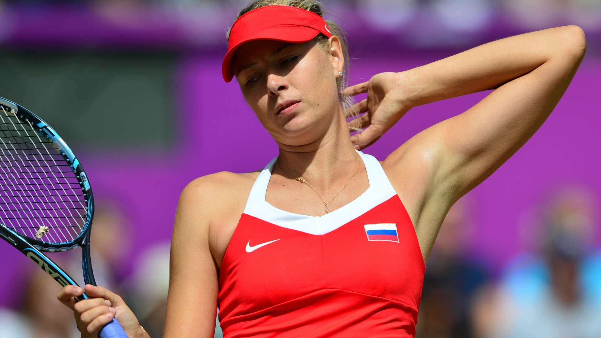 Maria Sharapova lamenta um ponto perdido na derrota por 2 a 0 para Serena Williams na disputa pelo ouro olímpico em Londres (04/08/2012)