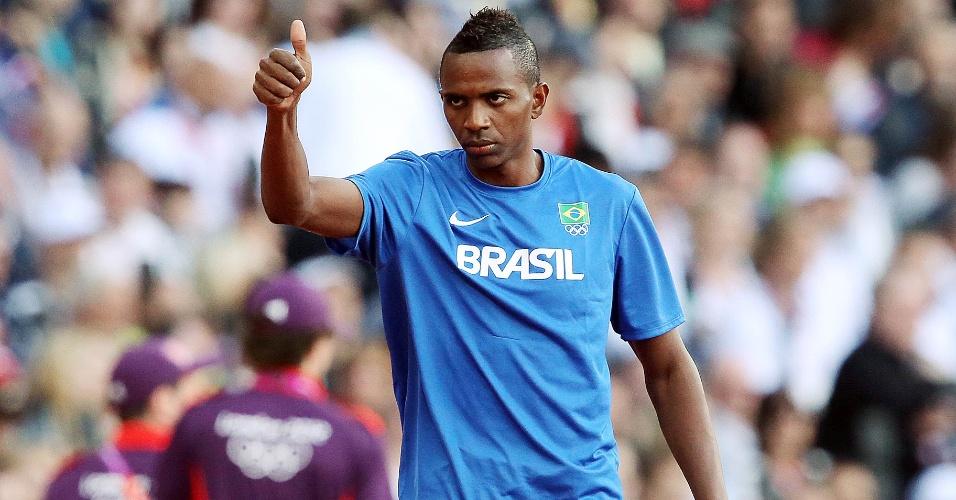 Mauro Vinícius da Silva acena antes da prova final do salto em distância no Estádio Olímpico de Londres