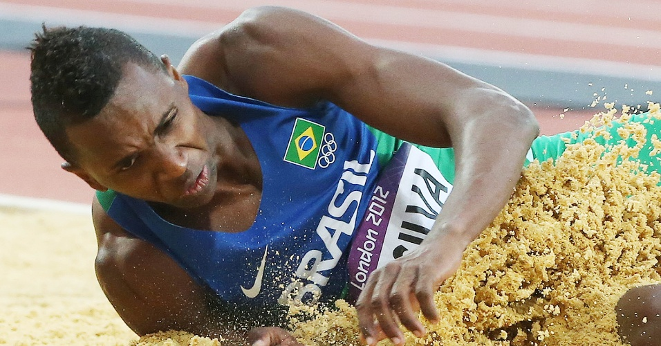 Mauro Vinícius da Silva, brasileiro do salto em distância, cai na caixa de areia após um de seus saltos