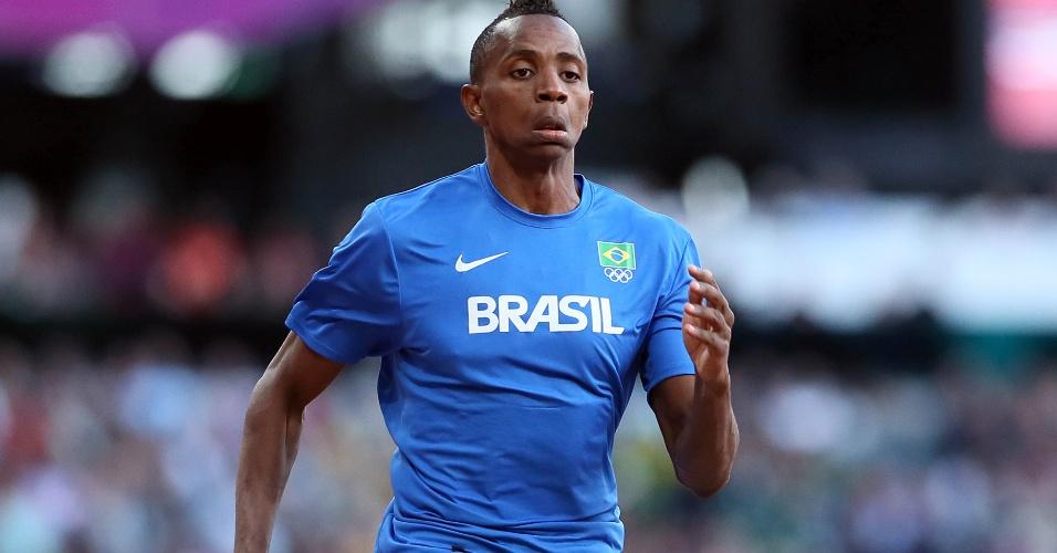 Mauro Vinícius da Silva realiza aquecimento antes da final do salto em distância no Estádio Olímpico de Londres