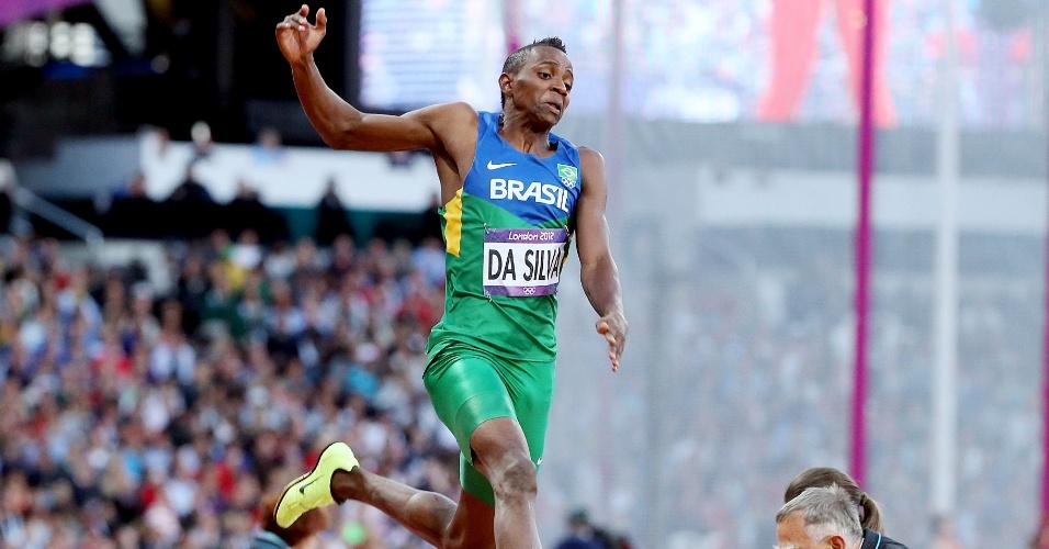 Mauro Vinícius realiza um de seus saltos durante a final do salto em distância, em Londres