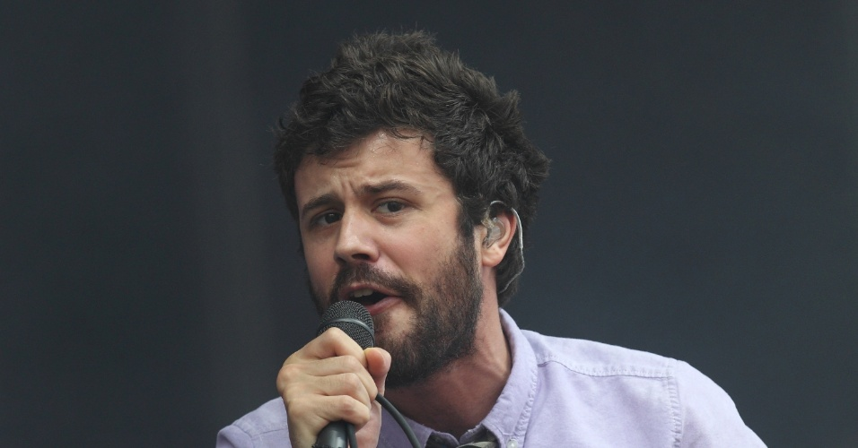 Michael Angelakos da banda Passion Pit se apresenta no Lollapalooza em Chicago, nos EUA. O festival vai ter shows de Black Sabbath, The Black Keys, Red Hot Chilli Peppers e Jack White (3/8/12)