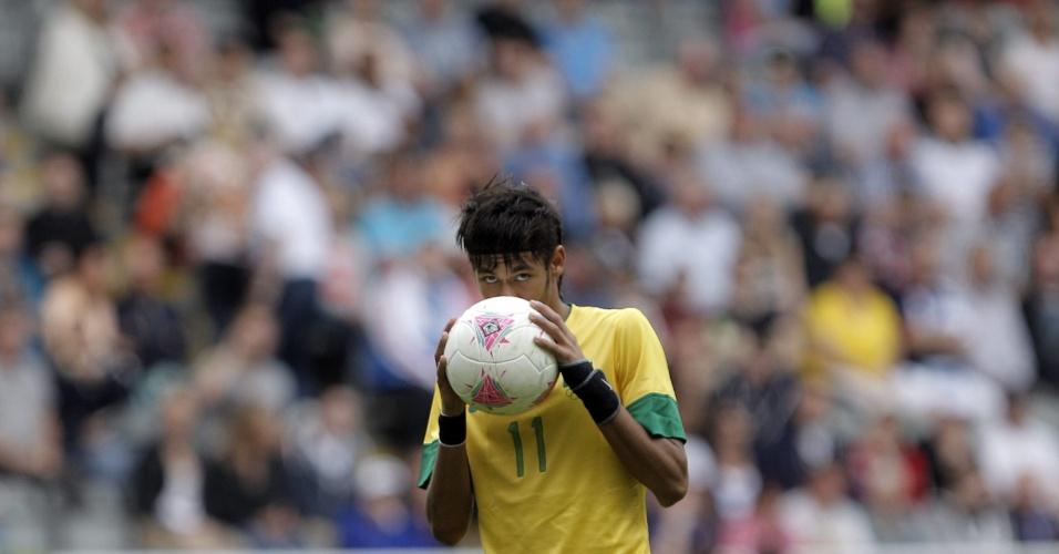 Neymar dá beijo na bola antes de bater pênalti na partida entre Brasil e Honduras em Newcastle, pelos Jogos de Londres
