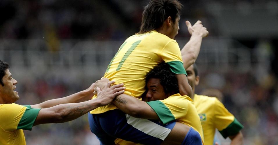 Neymar, Leandro Damião e Marcelo comemoram o terceiro gol do Brasil na partida contra Honduras