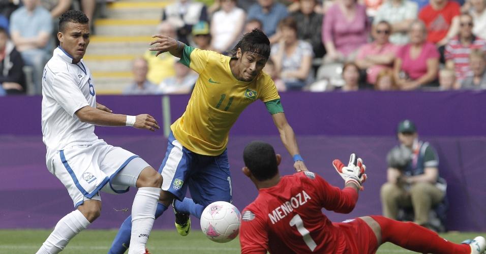 Neymar tenta finalizar para o gol na saída de goleiro hondurenho