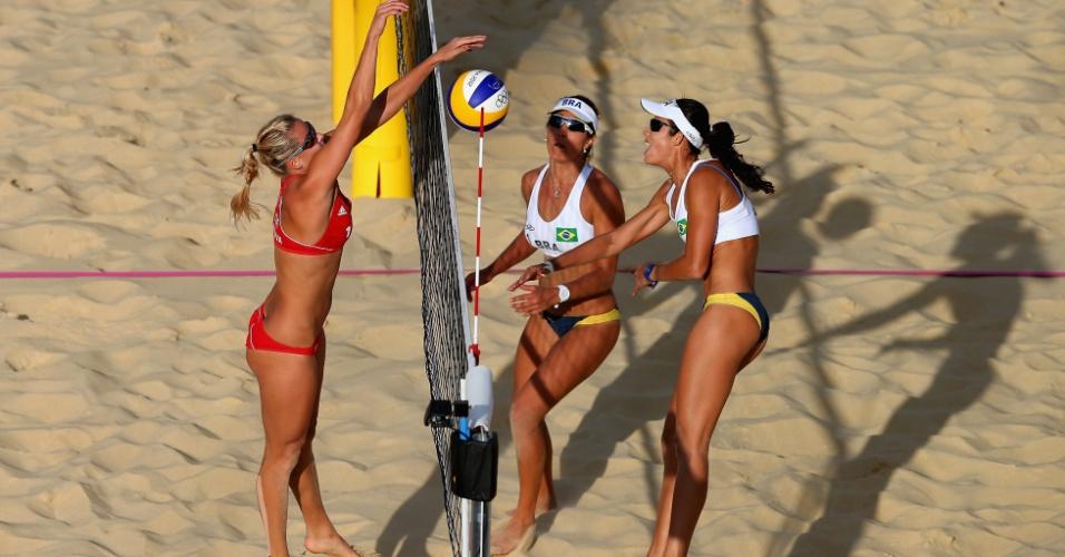 Observada por Maria Elisa, Talita para no bloqueio da tcheca Slukova em lance da derrota no vôlei de praia olímpico (04/08/2012)