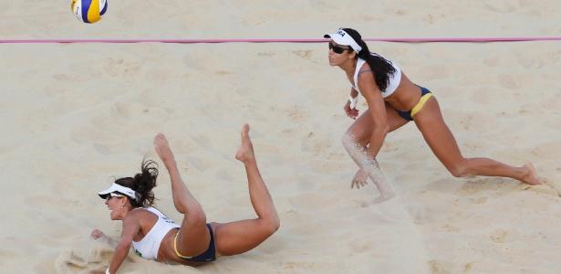 Observada por Talita (d), Maria Elisa se atira para uma defesa em lance da derrota para dupla tcheca