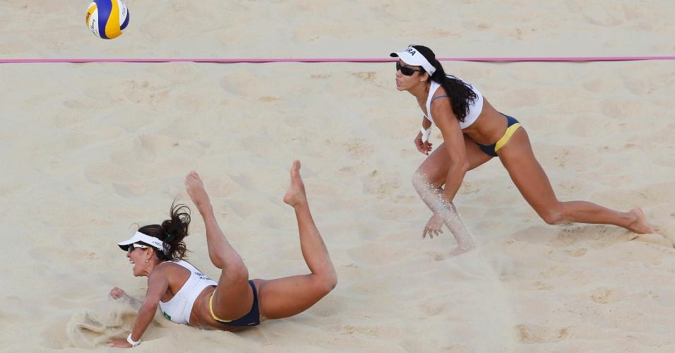 Observada por Talita (d), Maria Elisa se atira para uma defesa em lance da derrota para dupla tcheca no vôlei de praia olímpico (04/08/2012)