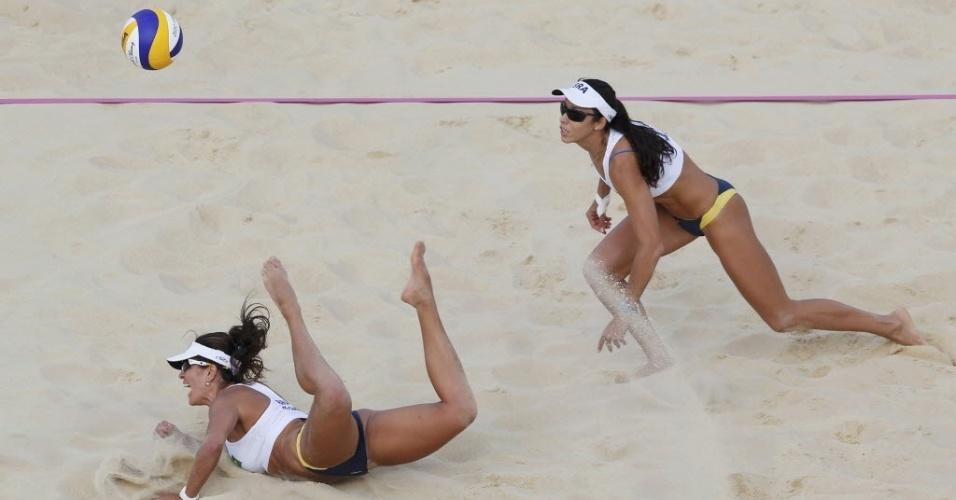 Observada por Talita, Marisa Elisa se joga no chão para tentar salvar bola durante derrota para dupla tcheca