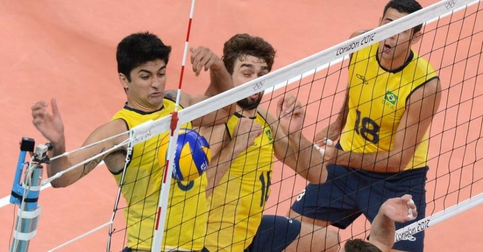 Observado por Dante, Leandro Vissotto tenta salvar a bola após tentativa de bloqueio do Brasil