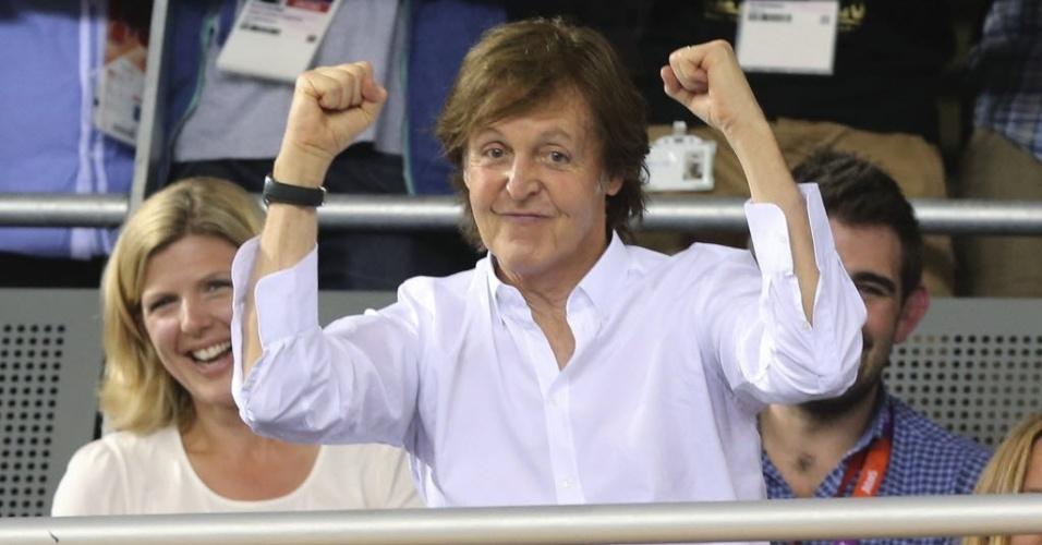 Paul McCartney faz graça durante prova de ciclismo em Londres