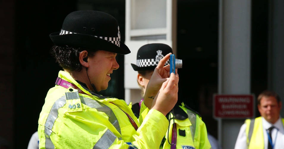 Policial britânica tira foto antes do jogo entre Brasil e Honduras pelas quartas de final dos Jogos Olímpicos de Londres