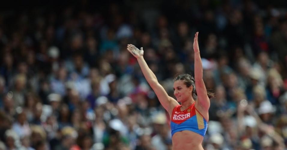 Russa Yelena Isinbayeva comemora após avançar com facilidade às finais do salto com vara em Londres