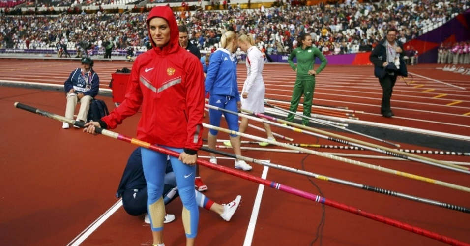Russa Yelena Isinbayeva se prepara antes de competir na eliminatória do salto com vara em Londres