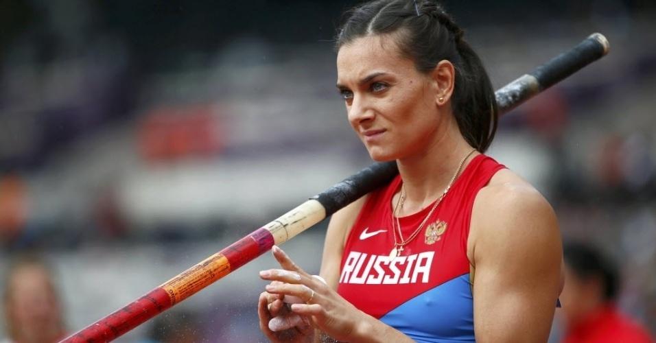 Russa Yelena Isinbayeva se prepara para o salto durante eliminatórias do salto com vara