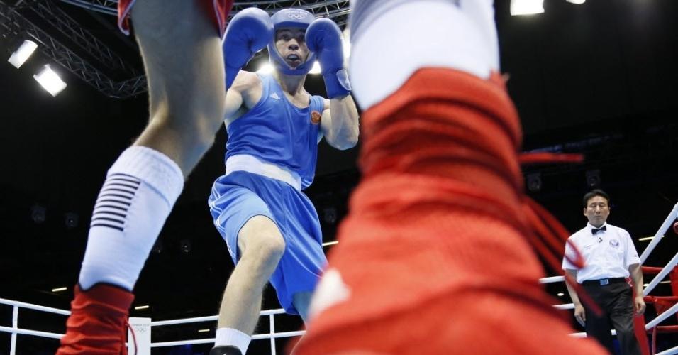 Russo Egor Mekhontcev (de azul) encara australiano Damien Hooper, em duelo pelas oitavas de final da categoria meio-pesado