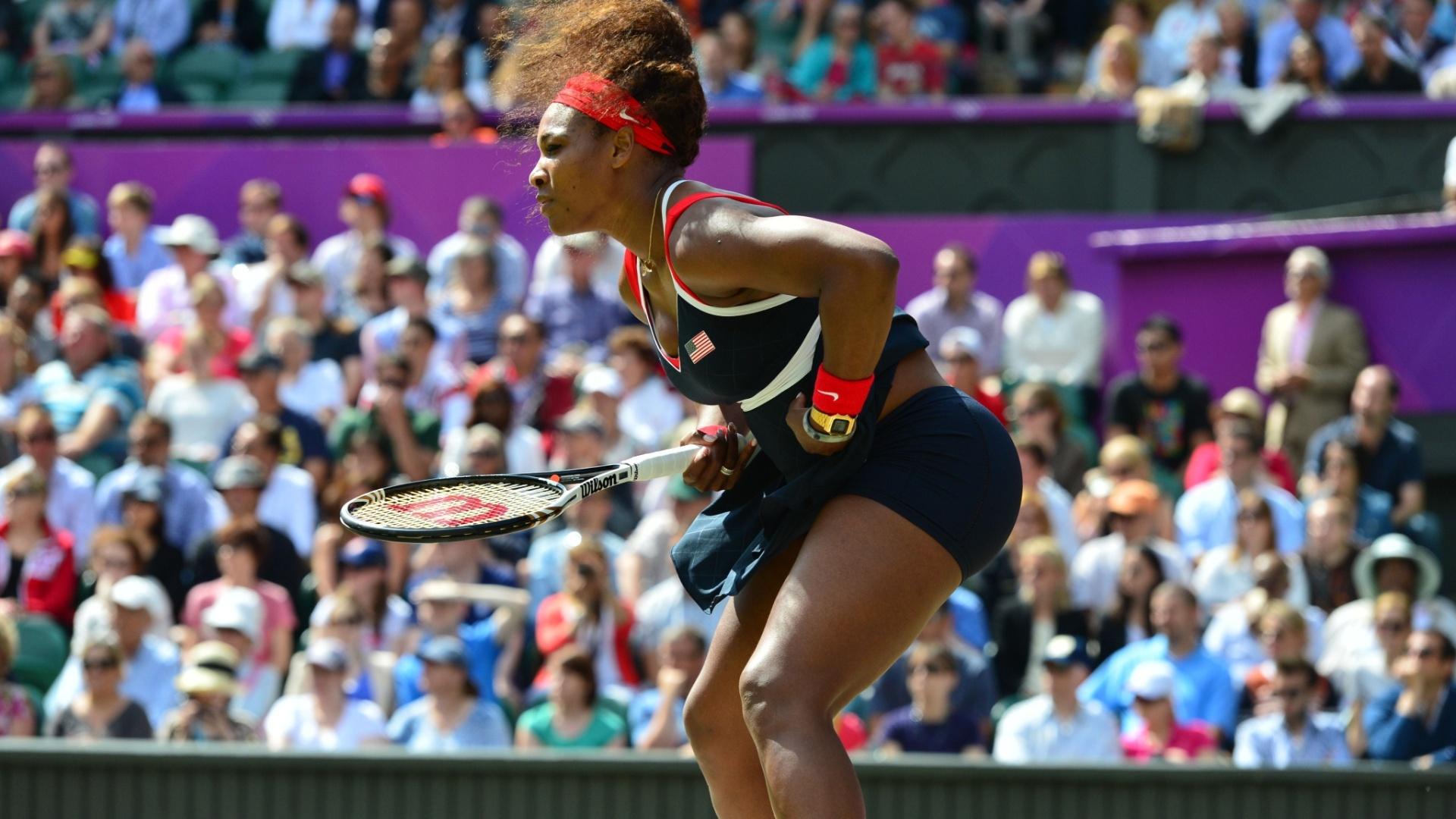 Serena Williams se prepara para receber um saque de Maria Sharapova (04/08/2012)