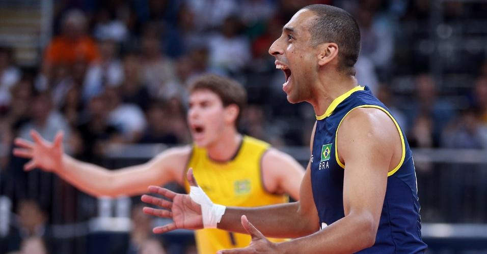 Serginho e Bruninho, da seleção brasileira de vôlei, comemoram ponto durante o jogo contra a Sérvia