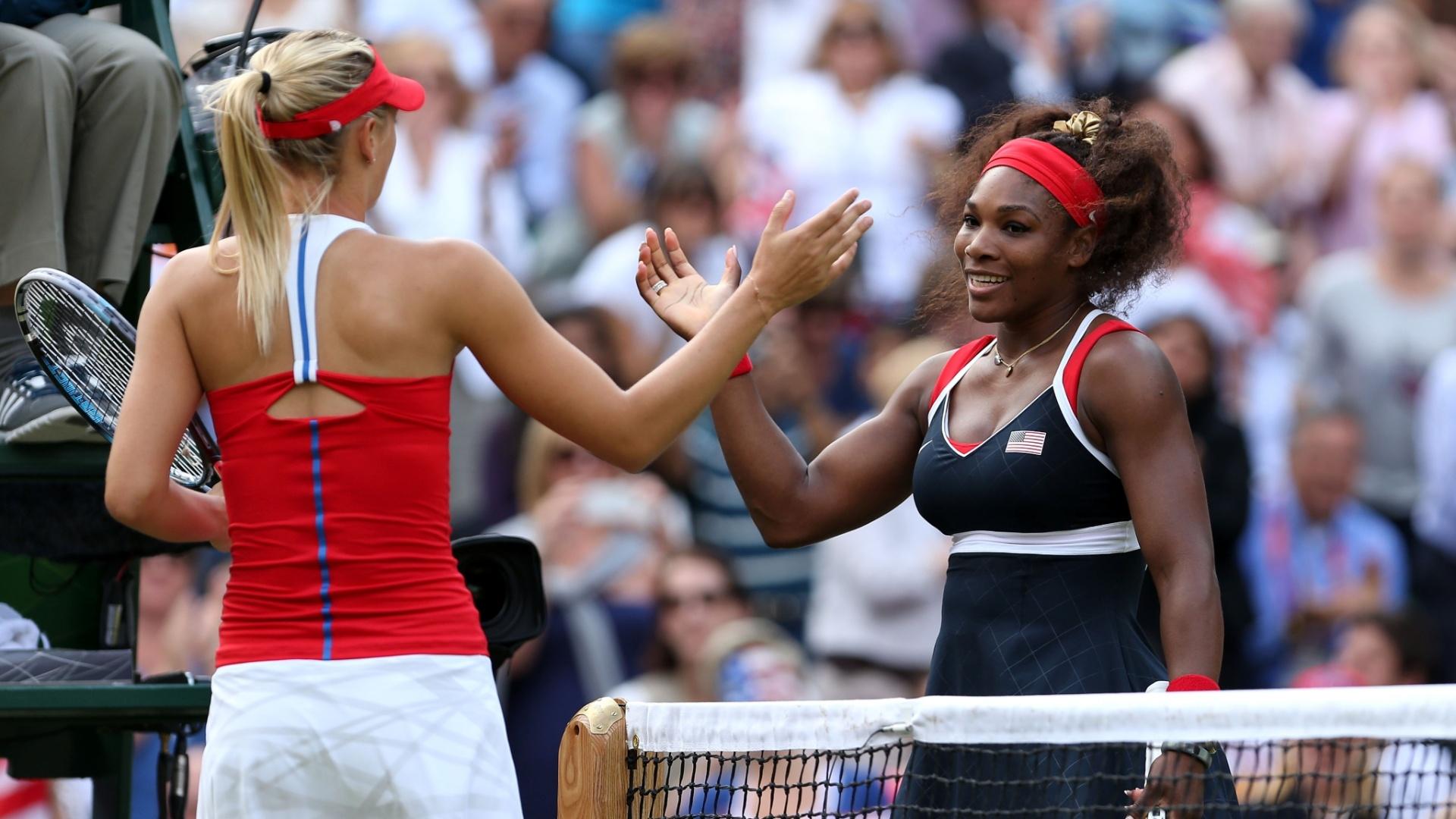 Sharapova (e) e Serena se cumprimentam após a final olímpica desta sábado; a americana venceu facilmente por 2 sets a 0 (04/08/2012)