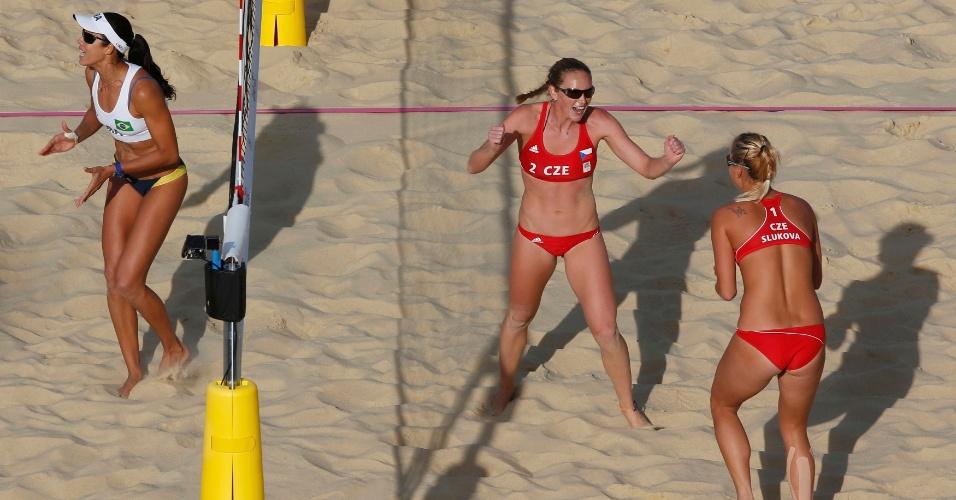Tchecas comemoram um ponto na vitória sobre Talita (e) e Maria Elisa no vôlei de praia olímpico