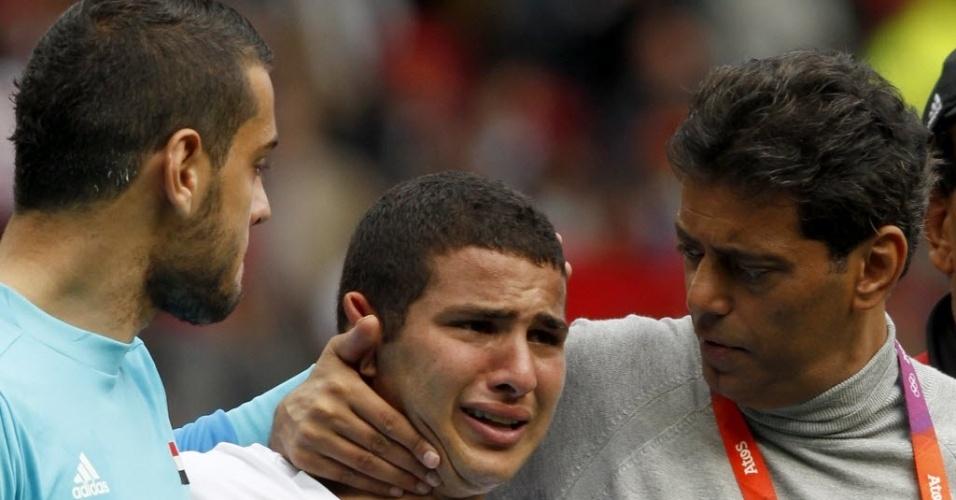 Técnico Hany Ramzy e goleiro Mohamed Bassam consolam Eslam Ramadan, após eliminação do Egito no futebol olímpico