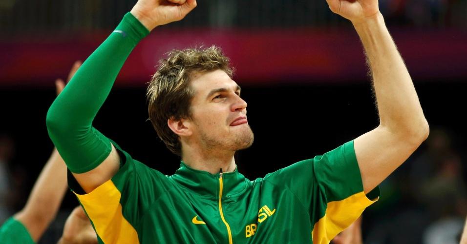 Tiago Splitter comemora vitória do Brasil sobre a China nos Jogos Olímpicos